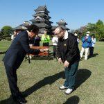松本城公園内ベンチ補修とベンチ寄贈